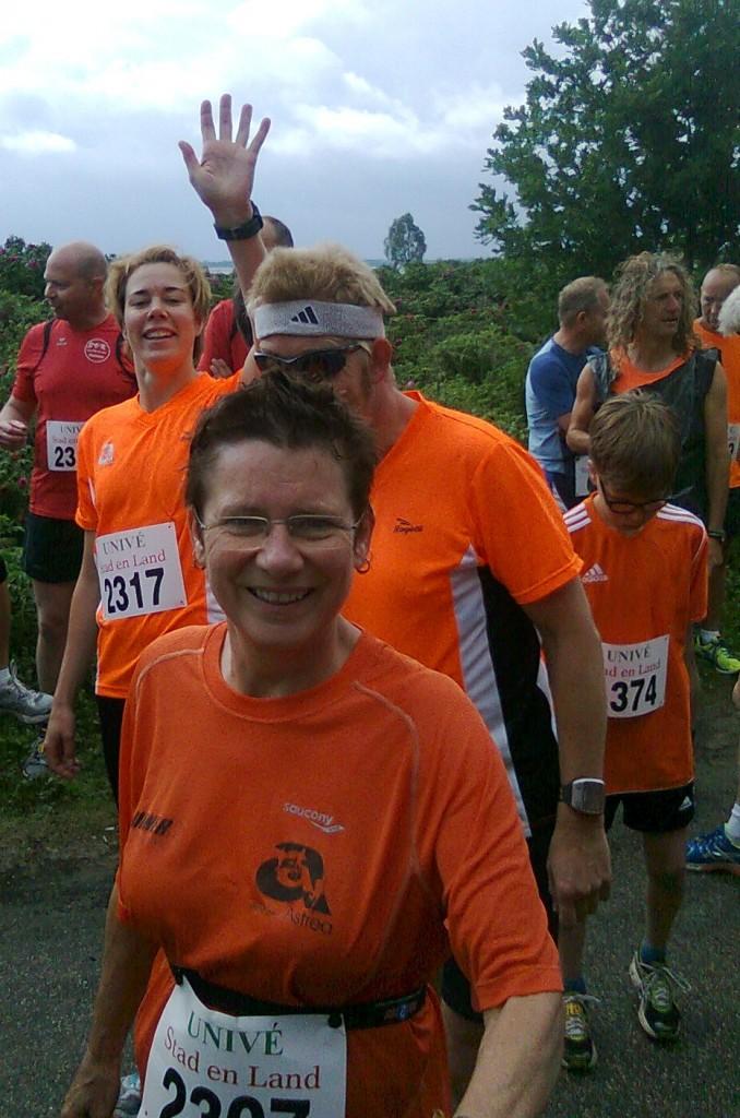 Vlak voor de start, achter Esther en voor Charlotte, beetje verstopt. Foto: Willy Olijdam