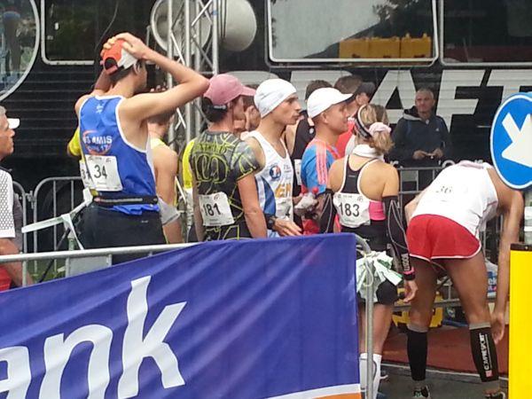 Esther Devilee met startnummer 181 wachtend voor de start voor haar 100 kilometer.