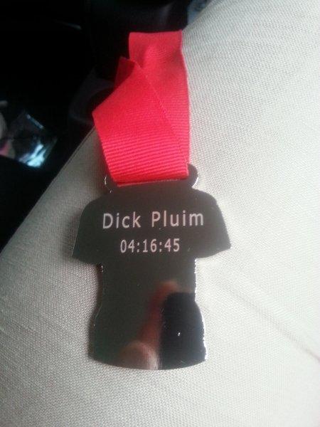 De achterkant van de medaille nadat deze gegrafeerd is.
