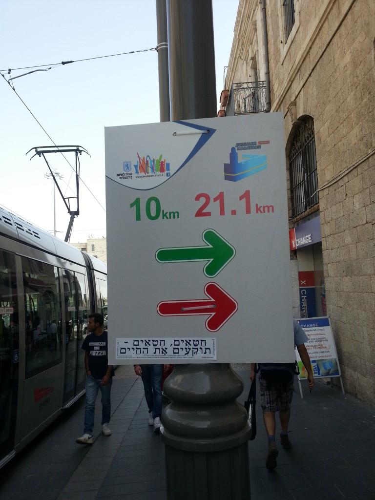 De richting. Een dag later zou de richting voor de 10km-lopers veranderd worden. Hier rechtdoor ipv naar rechts.