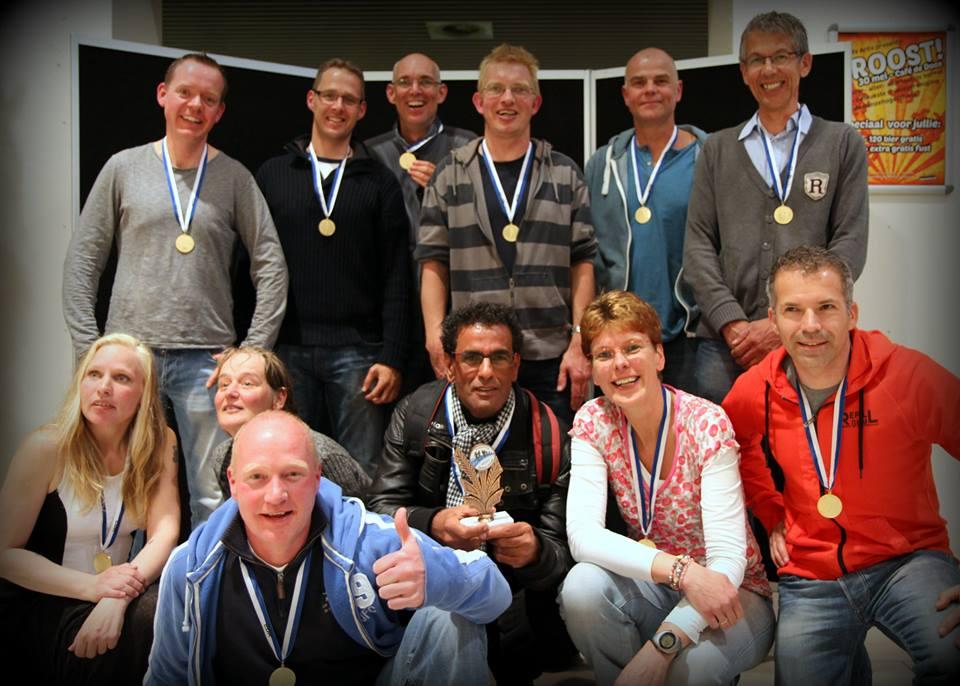 Vlnr boven: Bas, Jaap, Rob, Dick, Warner, Jelto Onder: Yvonne, Josien, Peter, Abedellah, Agnes en Hans