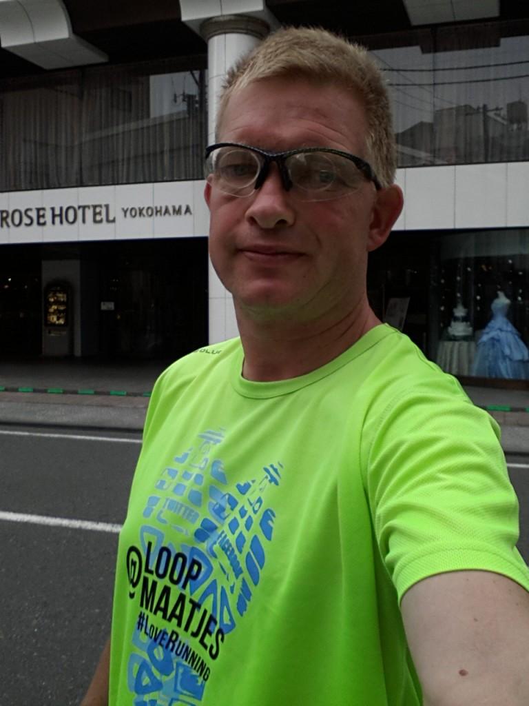 Met mijn loopmaatjes-shirt in Yokohama