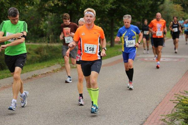 Kort na de start. Karin vlak achter me. Iets verderop in het oranje shirt Henk Martijn. Foto: Simon Blaauw